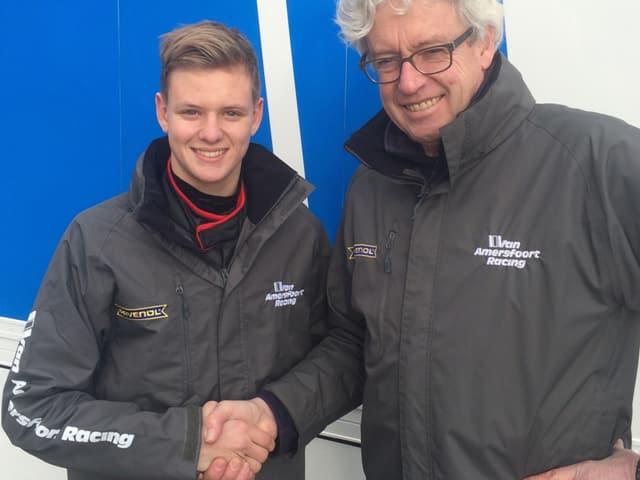Mick Schumacher und Frits van Amersfoort geben sich einen Handschlag.