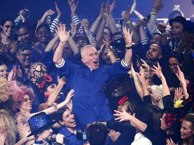 Jean-Paul Gaultier wird von Models auf Händen getragen.