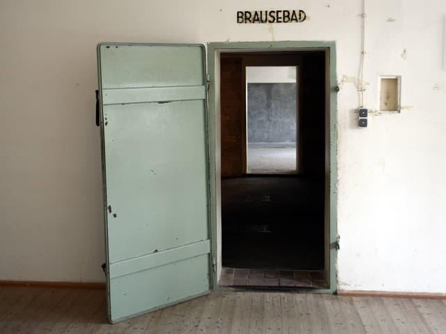 Eingang in einen Raum. Darüber steht «Brausebad».