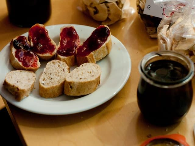 Zwetschgen-Zimtconfi auf frischem Brot.