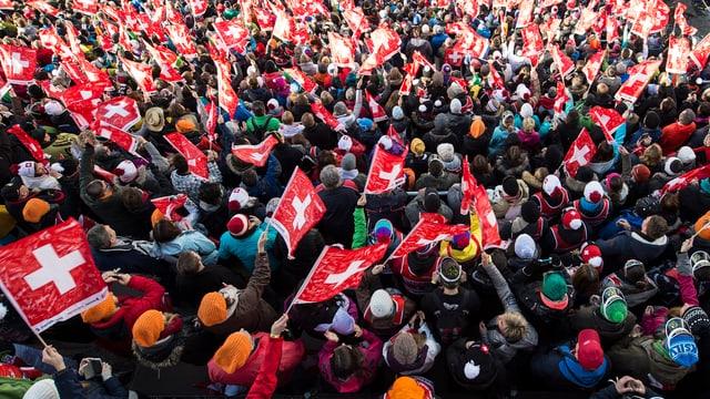 Die Fans schwenken Schweizer Fahnen im Zielhang.