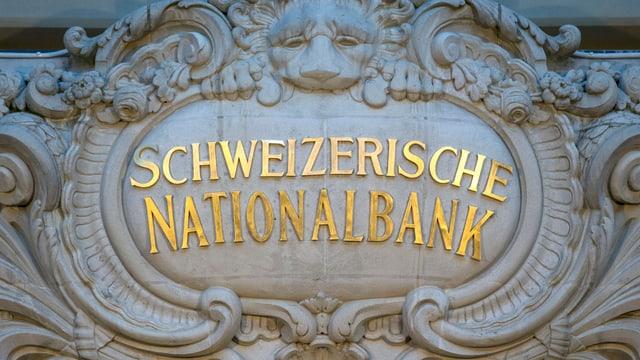 Der Schriftzug Schweizerische Nationalbank an der Fassade des Nationalbank-Gebäudes
