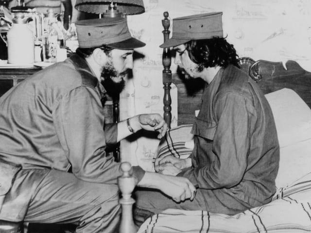 Fidel Castro und Che Guevara bei einer Besprechung.