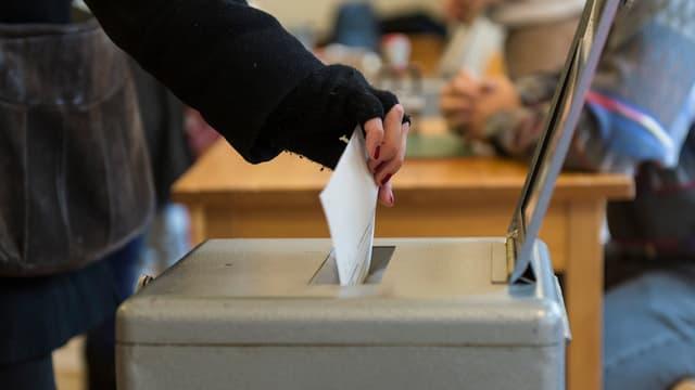 Ina persuna metta in scrit da votar en l'urna