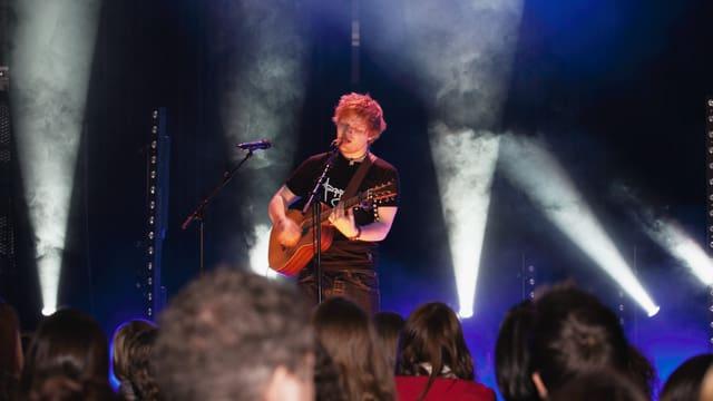 Ed Sheeran füllt die Bühne mit seiner Präsenz komplett aus.