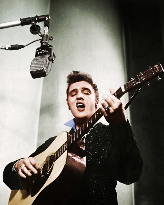 Elvis mit Gitarre im Studio, Aufnahme von 1956.