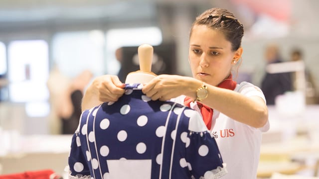 Bekleidungsgestalterin Flurina Rüesch an ihrer Gold-Arbeit