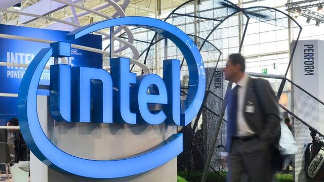 Ein Mann im Anzug läuft am Intel-Signet vorbei.