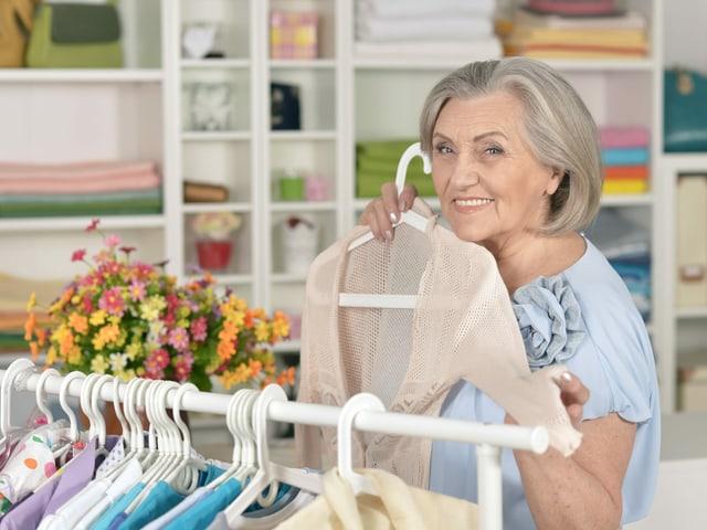 Frau kauft Kleider