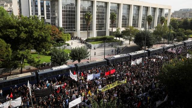 Demonstranten ausserhalb des Gerichtsgebäudes