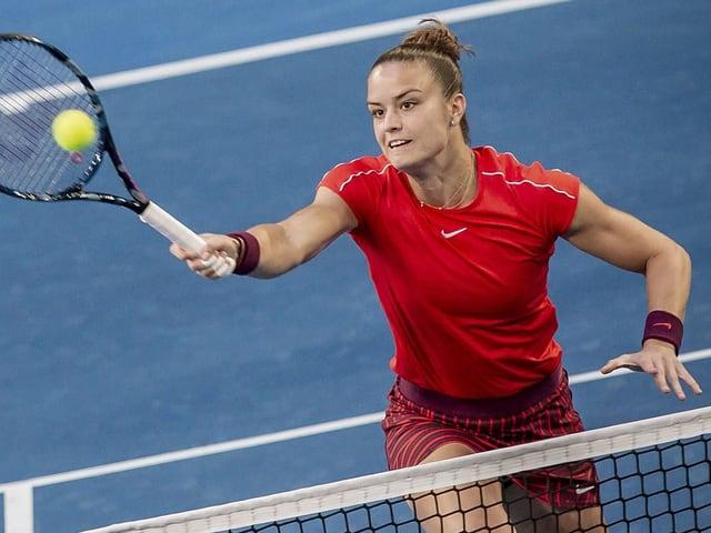 Maria Sakkari spielt einen Volley am Netz
