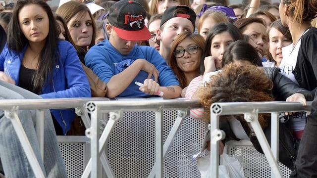 Fans von Justin Bieber warten auf Einlass ins Zürcher Hallenstadion