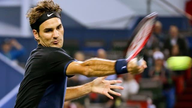 Roger Federer schlägt eine Vorhand.