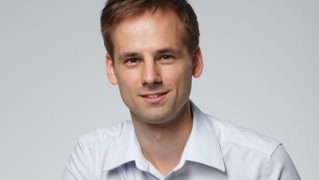Mann in weissem Hemd; Porträtaufnahme.
