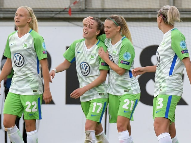 Lara Dickenmann jubelt mit ihren Teamkolleginnen bei Wolfsburg.