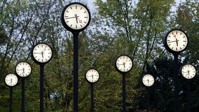 Uhren in einem Park