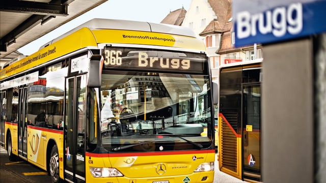 Ein Postauto steht am Bushof in Brugg.