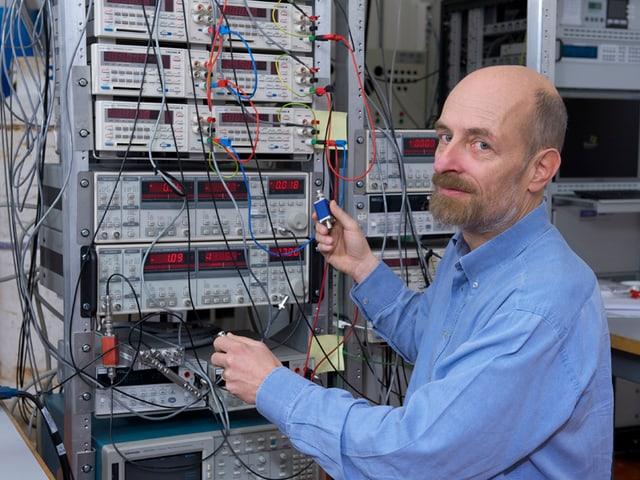 Der Experimentalphysiker Klaus Ensslin in seinem Forschungslabor.