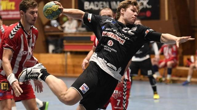 Handballer beim Sprungwurf