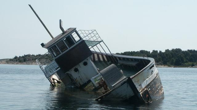 Schiff mit Schlagseite.