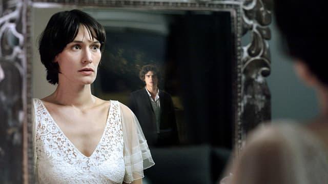 Frau entdeckt im Spiegel einen tot Geglaubten