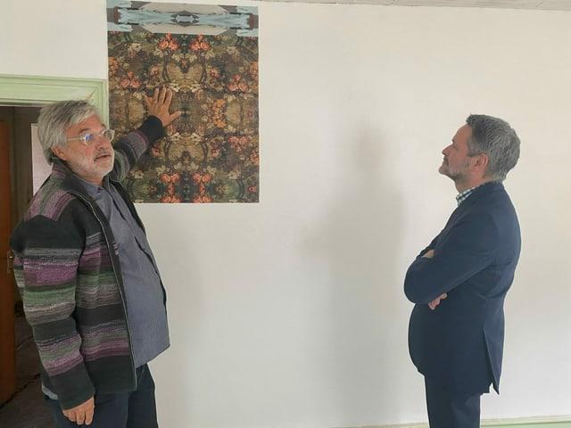 Martin Leuthold declera a Giovanni Netzer co che questa chombra dal hotel Liun pudess vesair ora suenter la renovaziun.