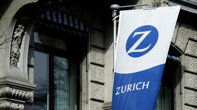 Bandiera da l'assicuranza Zurich vid ina fassada.