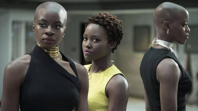 Zwei afroamerikanische Frauen schauen ernst in die Kamera.