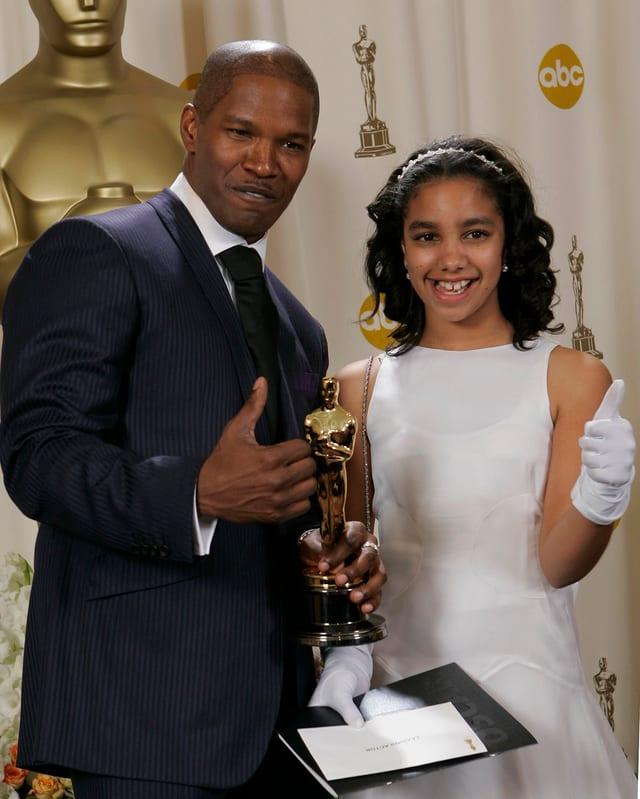 Jamie Foxx und Corinne Bishop posieren mit dem Oscar.