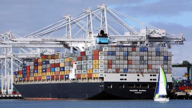 Im Hafen von Oakland wird ein Containerschiff entladen.
