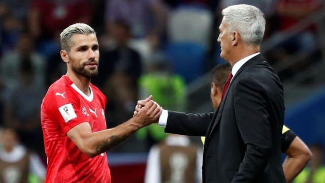 Behrami und Petkovic geben sich am Spielfeldrand die Hand.