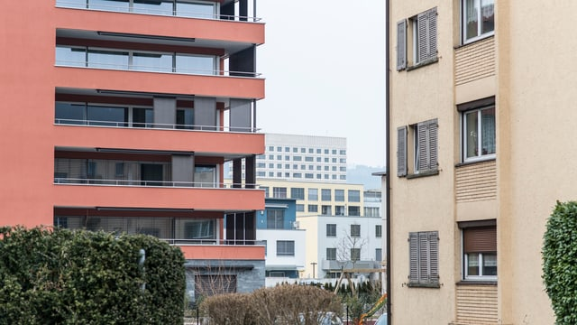 Zwei Wohnblocks in der Agglomeration Zürich.