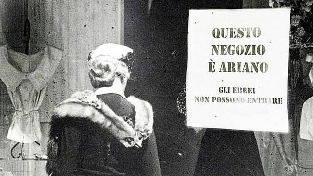 Italien, 1983: Eine Frau steht vor einem Laden. Auf dem Schaufenster hängt ein Schild. Darauf steht «Dieser Laden ist arisch».