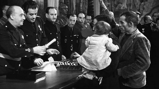 General Franco unter Anhängern, ein Kind
