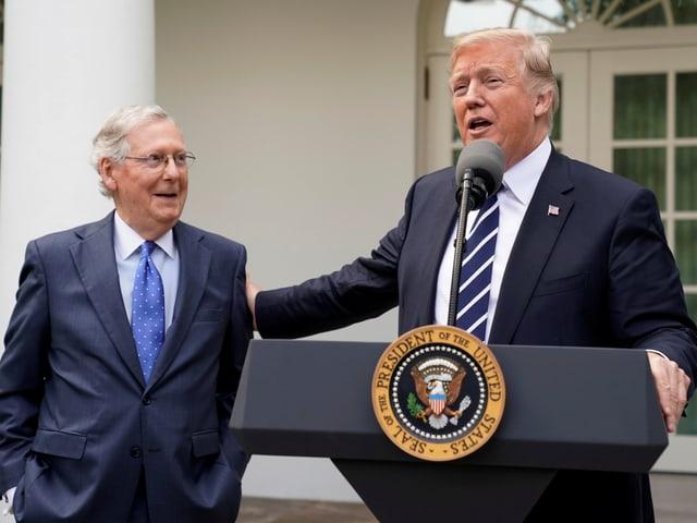 Der republikanische Mehrheitsführer McConnell und Präsident Trump.