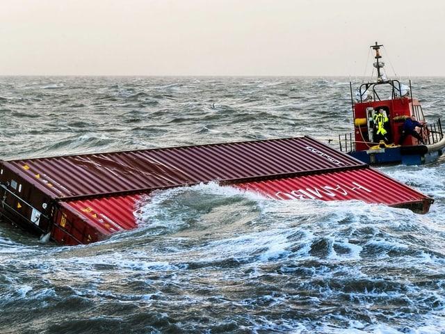 Container treiben im Meer.