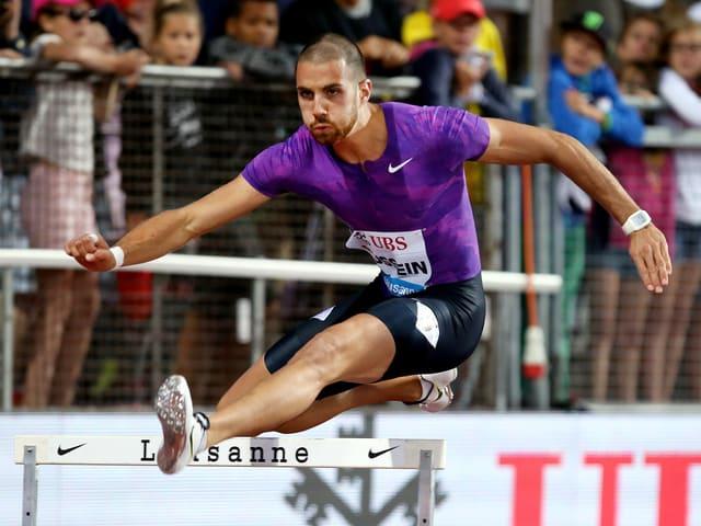 Kariem Hussein läuft über eine Hürde an der Athletissima in Lausanne