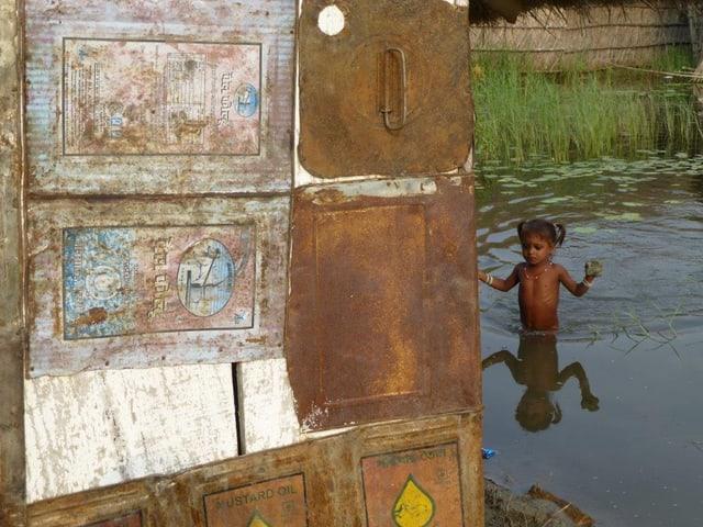 Kind watet durchs Wasser