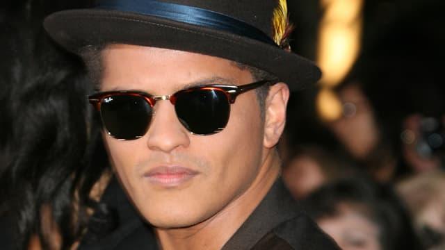 Bruno Mars mit Sonnenbrille und Hut
