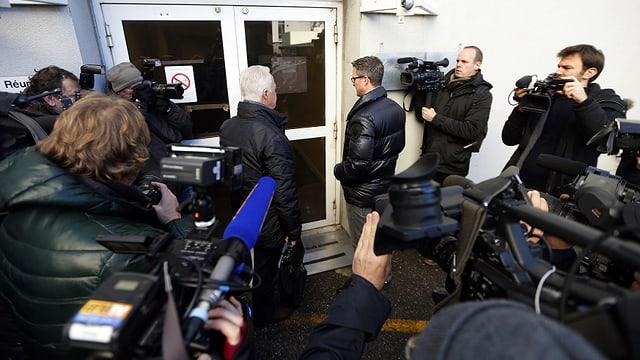 Journalisten vor einem Eingang