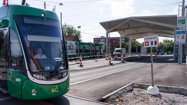 Man sieht ein Tram der BVB, das bei der neuen Tramschlaufe wendet.