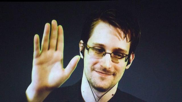 Edward Snowden winkt in die Kamera.