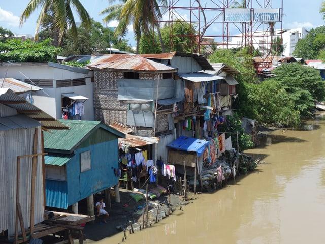 Auf Stelzen gebaute informelle Siedlungen an Wasserläufen und im Watt prägen das Bild philippinischer Grossstädte wie Davao, Tagbilaran und Manila