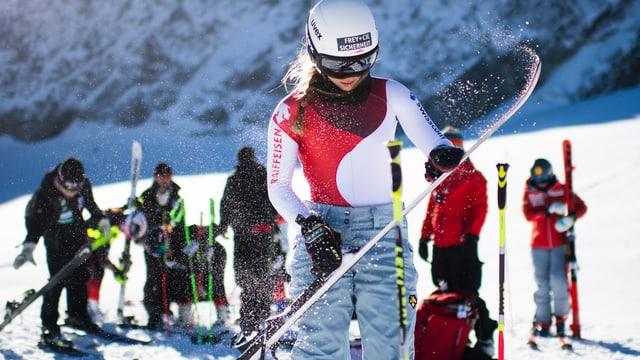 Skirennfahrerin Andrea Ellenberger legt ihre Skis bereit, um in Sölden zu trainieren.
