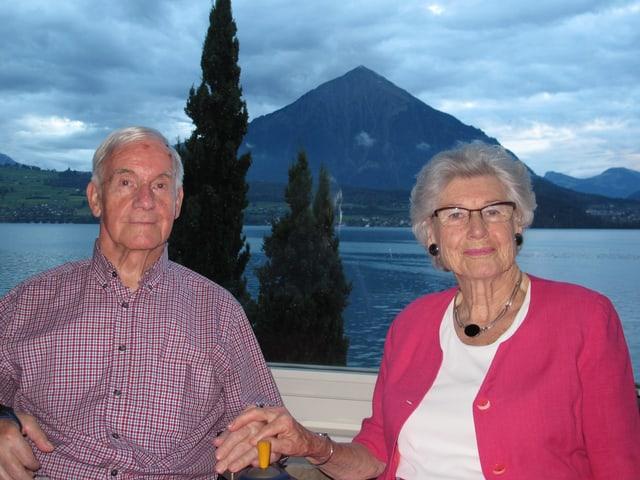 Margaretha und Georg Spinnler im Hotel Beatus in Merligen mit Blick auf den Niesen auf der anderen Seeseite