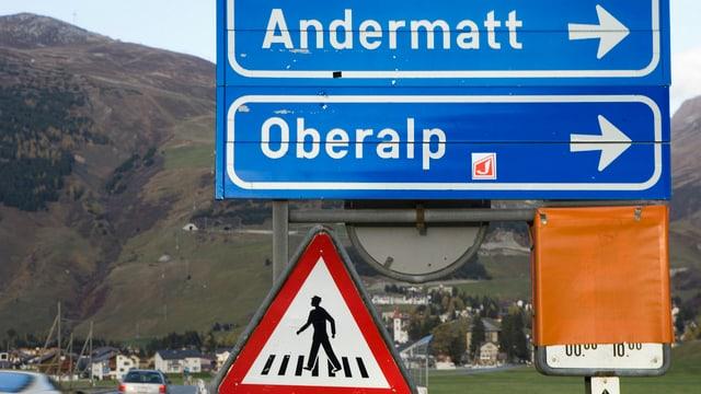 Strassenwegweiser: Sedrun und Andermatt