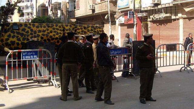 Polizisten vor dem Gerichtsgebäude in Minia.