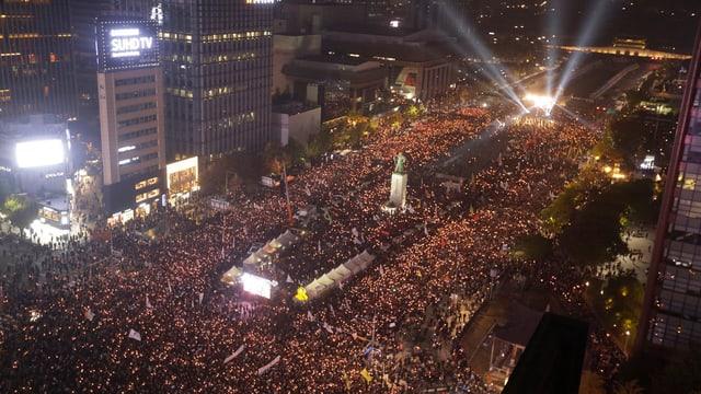 Purtret da la citad da Seoul e da la raspada da persunas che han demonstrà.
