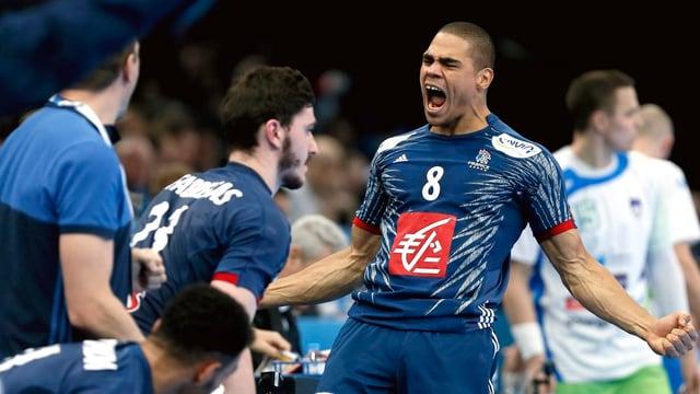 Frankreichs Handballer Daniel Narcisse brüllt seine Freude heraus.