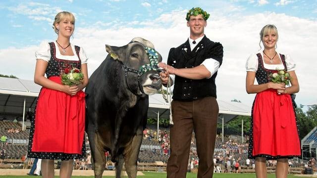Frauenfeld 2010: Schwingerkönig Kilian Wenger vor leicht bewölktem Himmel.